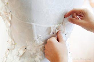 Ręczne naszywanie aplikacji na gorset sukni ślubnej