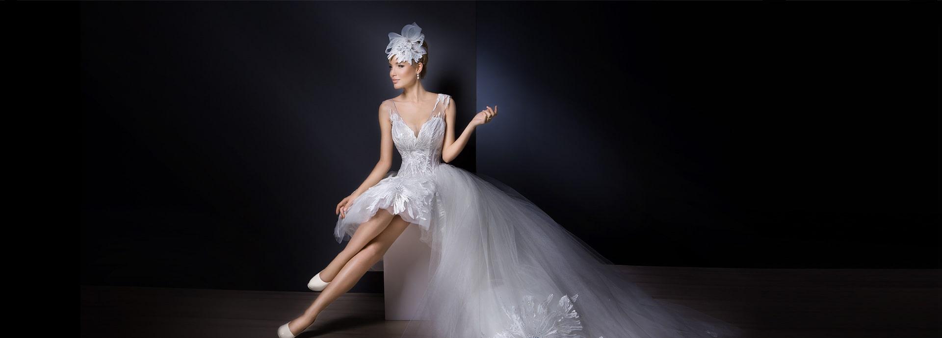 Krótka suknia ślubna z motywem dużych kwiatów