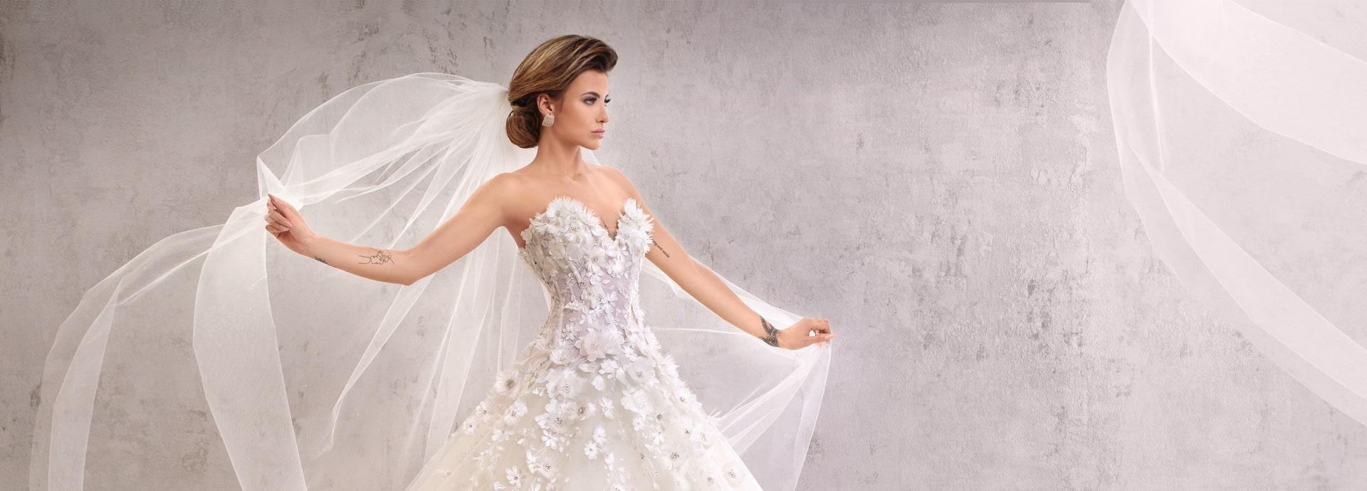 Suknia ślubna z odkrytymi ramionami i gorsetem z kwiatami 3 d schodzącymi na spódnicę