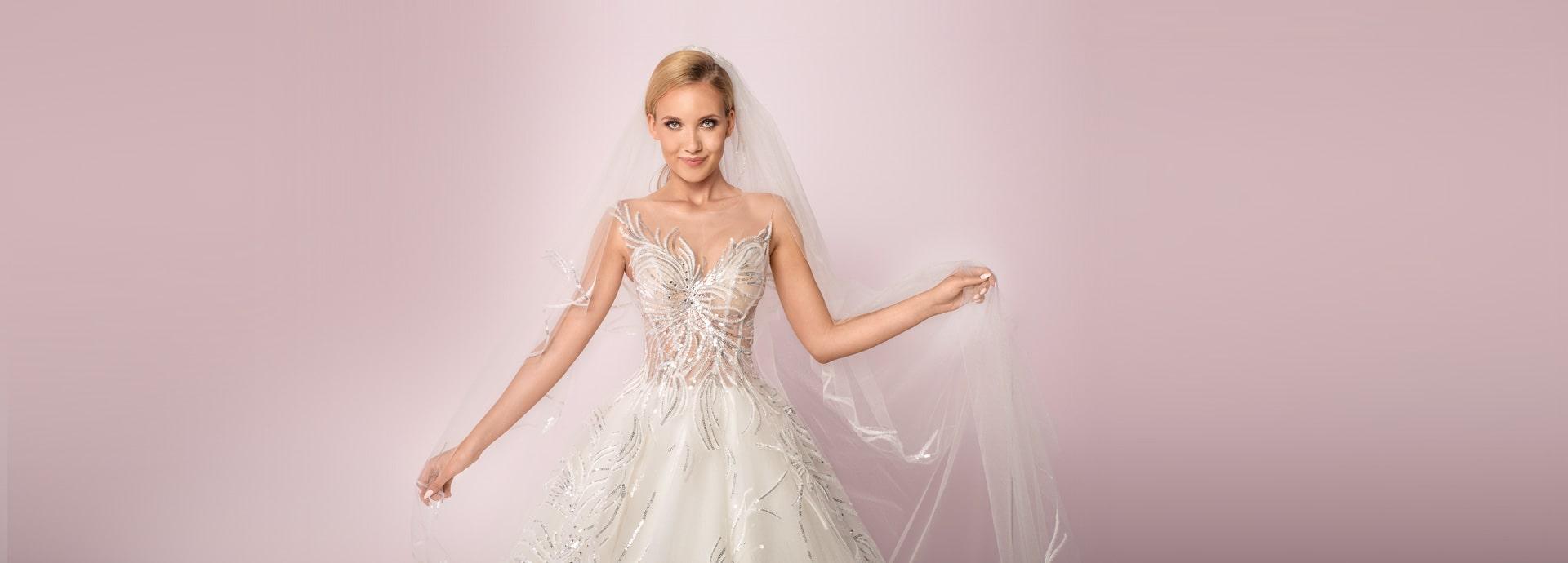 Biała suknia ślubna z gorsetem zdobionym cekinami ze srebrnym połyskiem
