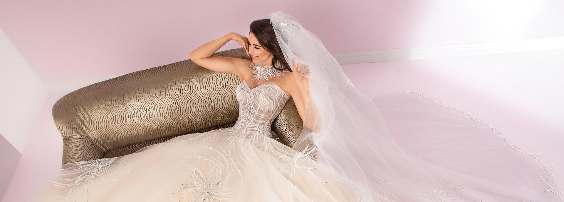Suknia ślubna princessa z cekinową aplikacją, ozdobą pod szyję oraz długim welonem