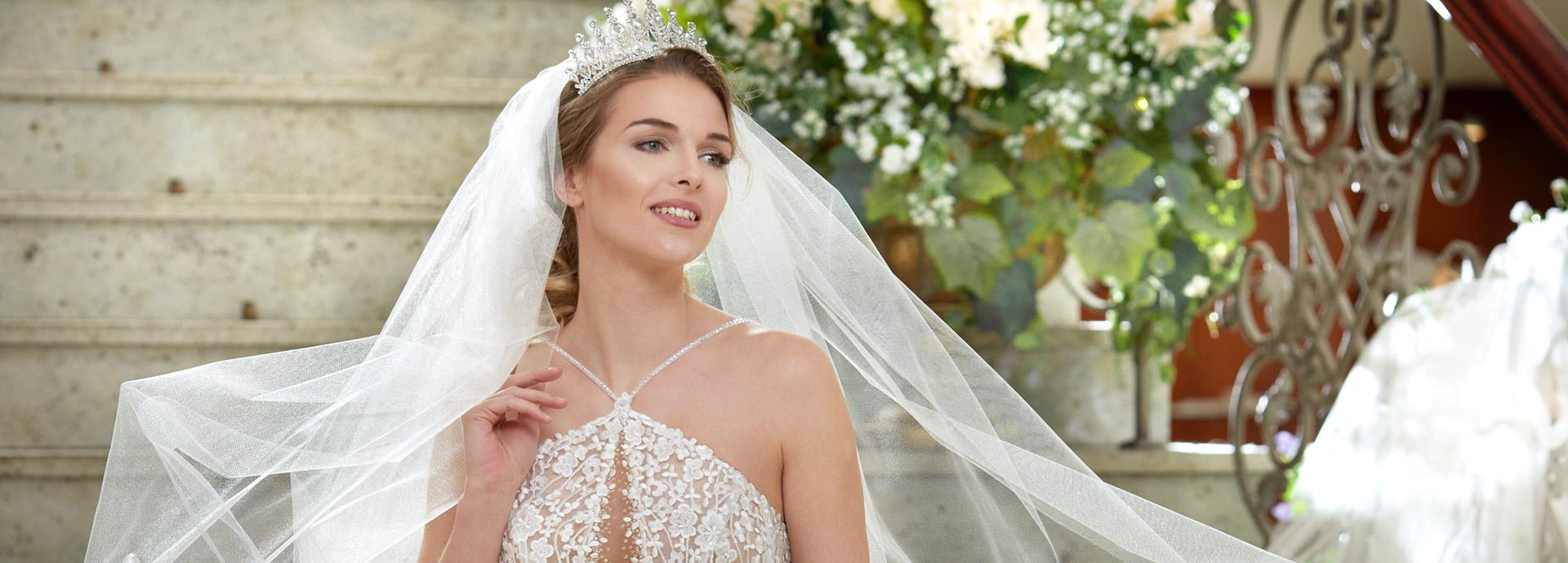 Suknia ślubna z dekoltem w łezkę od Agora Celebration Wrocław