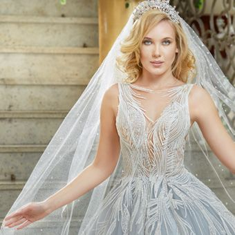 Błękitna suknia ślubna z białymi aplikacjami Agora